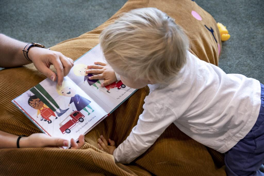 Litet barn läser bok
